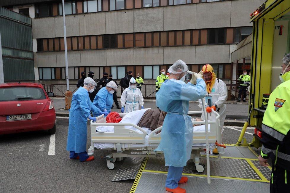 Do pražské Fakultní nemocnice v Motole dorazili krátce před půl třetí odpoledne covidoví pacienti z Chebu. Pražští záchranáři vypravili na převoz speciálně upravené nákladní vozidlo Fénix.
