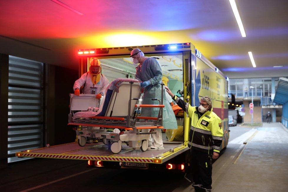 Do pražské Fakultní nemocnice v Motole dorazili krátce před půl třetí odpoledne pacienti s covidem z Chebu. Pražští záchranáři vypravili na převoz speciálně upravené nákladní vozidlo Fénix.