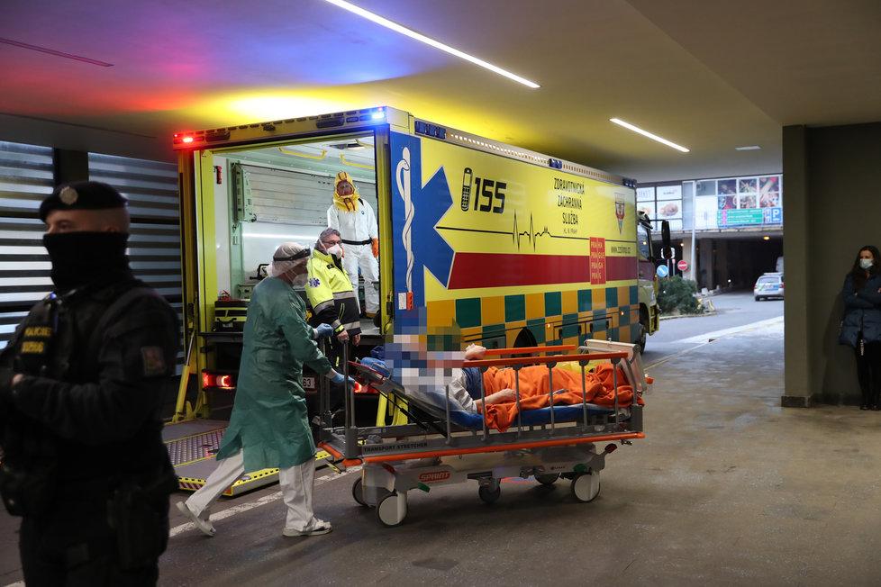 Do pražské Fakultní nemocnice v Motole dorazili 5. února krátce před půl třetí odpoledne pacienti s covidem z Chebu. Pražští záchranáři vypravili na převoz speciálně upravené nákladní vozidlo Fénix.