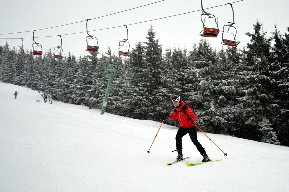 Příznivé sněhové podmínky přilákaly do uzavřených lyžařských areálů v Jeseníkách stovky milovníků nejrůznějších zimních sportů. Na snímku jsou lidé v areálu Ramzová pod vrcholem Šerák (6. 2. 2021)