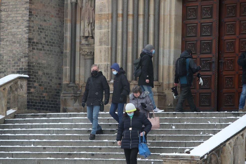 Lidé odcházejí ze zádušní mše za Ladislava Štaidla (†75). (7. 2. 2021)