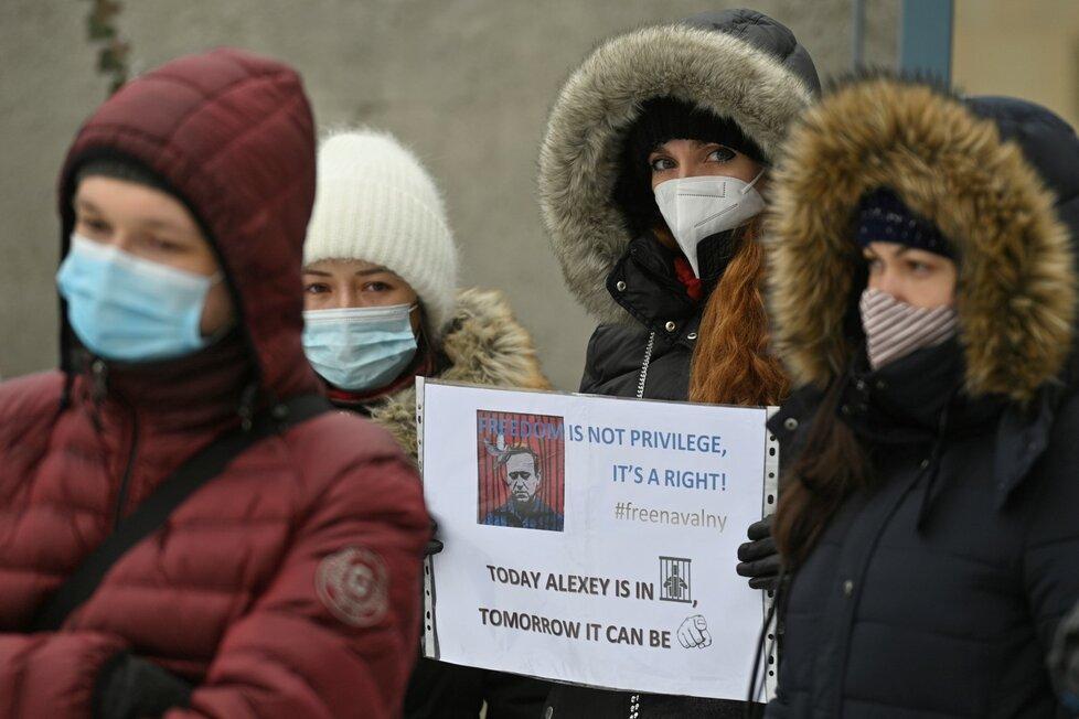 Tři desítky lidí demonstrovaly v Praze proti zadržení Navalného