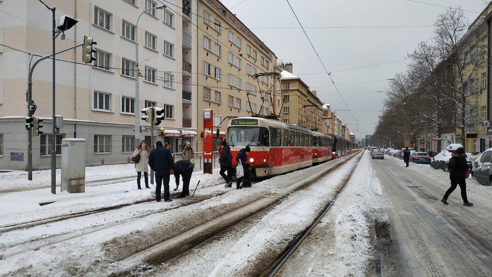 Dopravu v Praze komplikovaly zapadané výhybky, 8. února 2021.