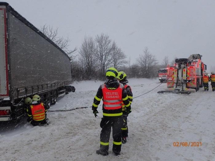 Zapadlý kamion u Nového Jičína museli vyprostit hasiči.