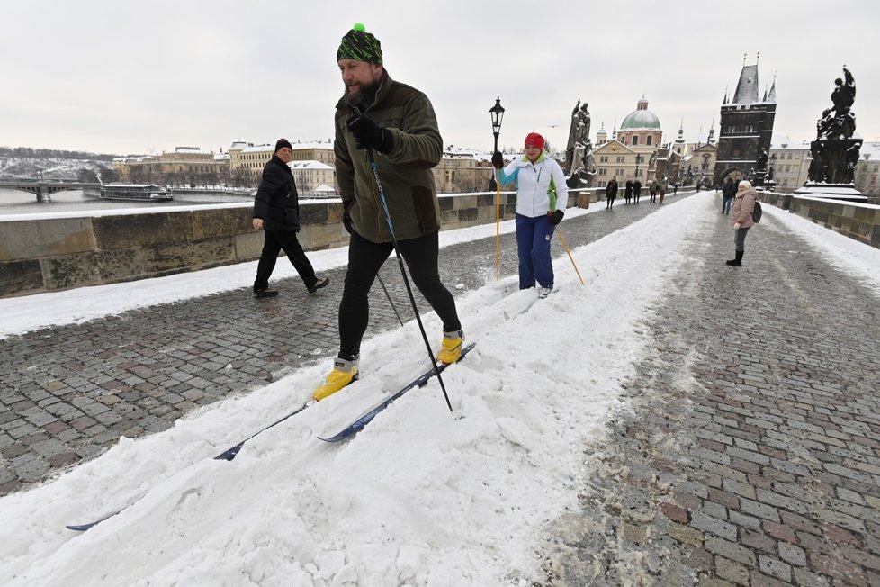Sníh na Karlově mostě přilákal i běžkaře, 8. února 2021.
