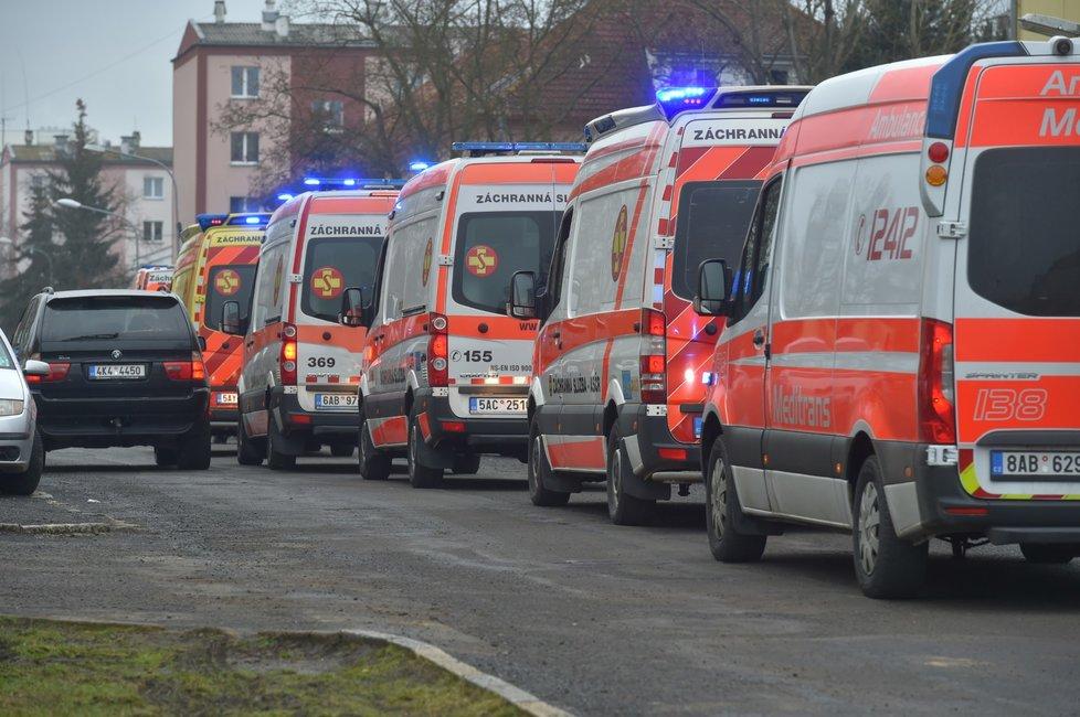 Z přetížených nemocnic v Sokolově a v Chebu převezli 5. února 2021 přesun dvou desítek pacientů s covidem. Na dlouho to nepomohlo