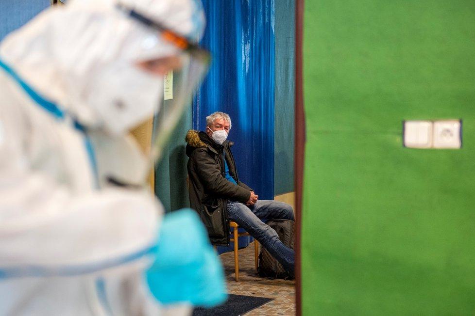 Armádní mobilní odběrový tým začal testovat antigenními testy na covid-19 obyvatele Malých Svatoňovic na Trutnovsku (9. 2. 2021)