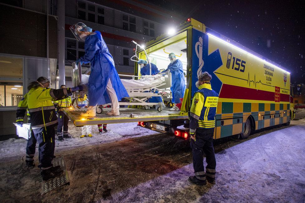 Převoz covidových pacientů z nemocnice v Náchodě (9.2.2021)