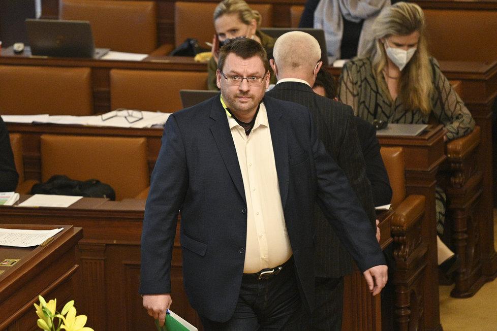 Sněmovna o nouzovém stavu: Nezařazený poslanec Lubomír Volný opět bez roušky (11.2.2021)