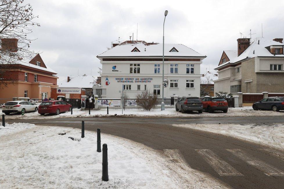 Vila ve Šrobárově ulici na Vinohradech je obrovská.