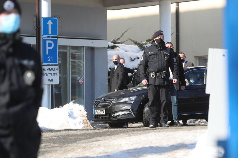 Prezident Miloš Zeman dorazil do Ústřední vojenské nemocnice v Praze (ÚVN) na druhou dávku vakcíny proti covidu. (12.2.2021)