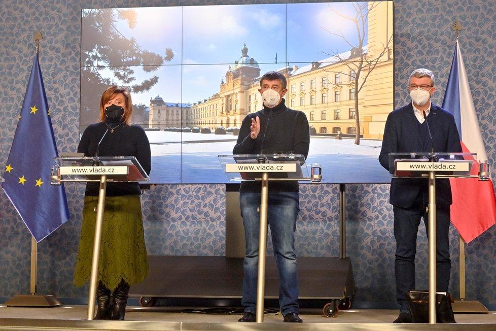 Ministryně financí Alena Schillerová (za ANO), premiér Andrej Babiš (ANO) a vicepremiér Karel Havlíček (za ANO) na tiskové konferenci po mimořádném jednání vlády (14. 2. 2021)