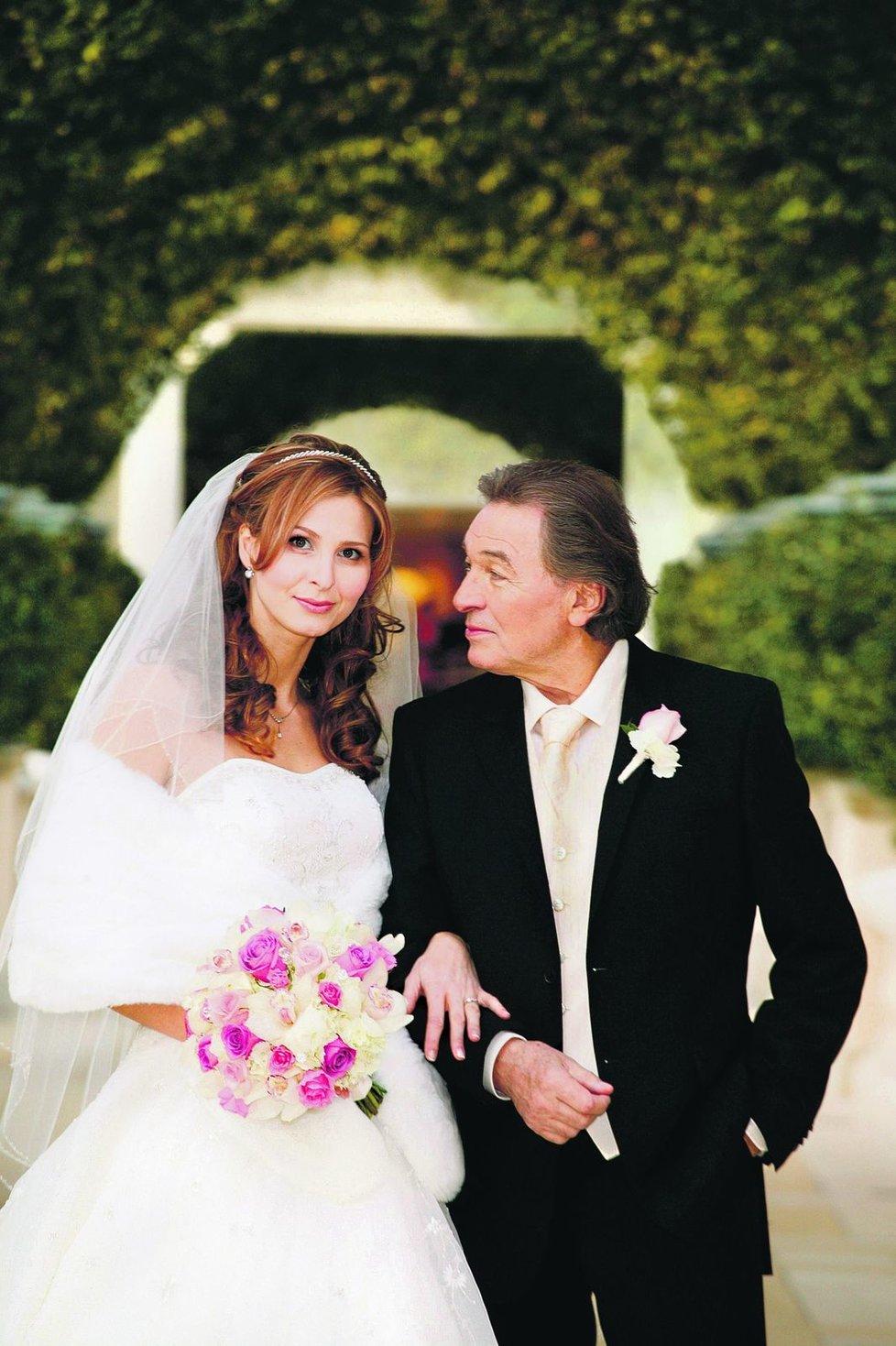 2008 - Do té doby zapřisáhlý starý mládenec Karel pojal za manželku Ivanu Macháčkovou a udělal z ní paní Gottovou.