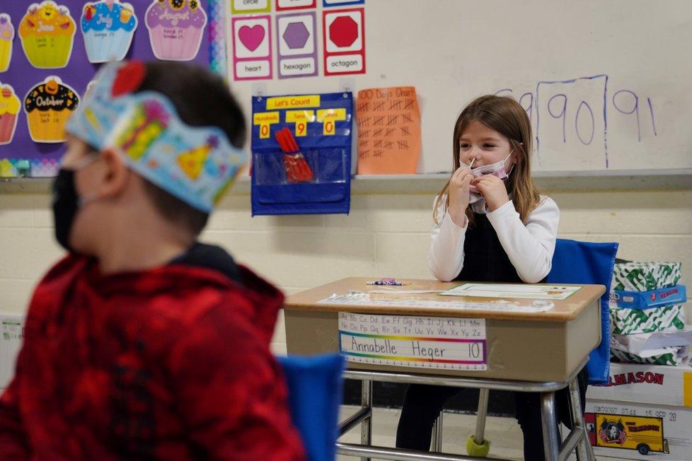 Školáci se samotestují na koronavirus ve třídě v americkém Bostonu (28. 1. 2021)