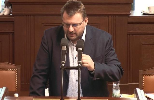 Pandemický zákon ve Sněmovně: Poslanec Volný bez roušky (18.2.2021)