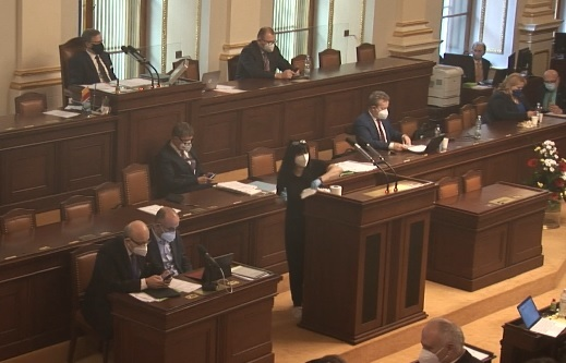 Pandemický zákon ve Sněmovně: Poslanec Volný vystoupil opět opakovaně bez roušky, vždy po něm museli dezinfikovat řečnický pultík (18.2.2021)