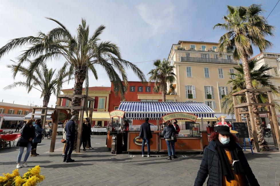 Obyvatelé chránící se před nákazou koronavirem ve francouzském Nice (18. 2. 2021)