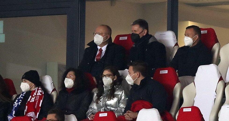 Trenér fotbalové reprezentace nemohl na tribuně Sinobo Stadium chybět