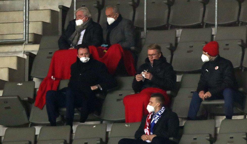 Fotbalový agent Pavel Paska (vlevo nahoře) na zápase Evropské ligy mezi Slavií a Leicesterem