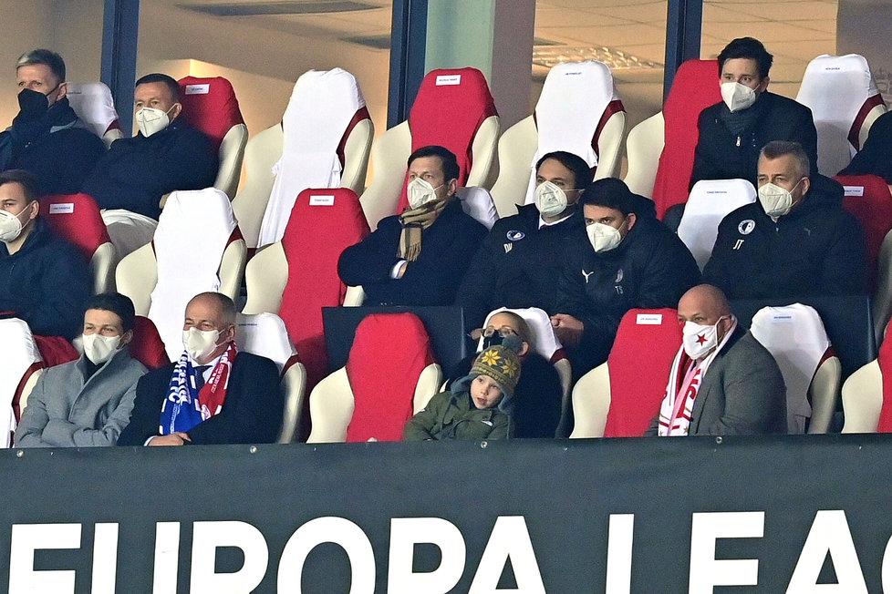 Roman Prymula (vlevo) v hledišti na zápase fotbalové Slavie, vpravo šéf fotbalové Slavie Jaroslav Tvrdík (18.2.2021)