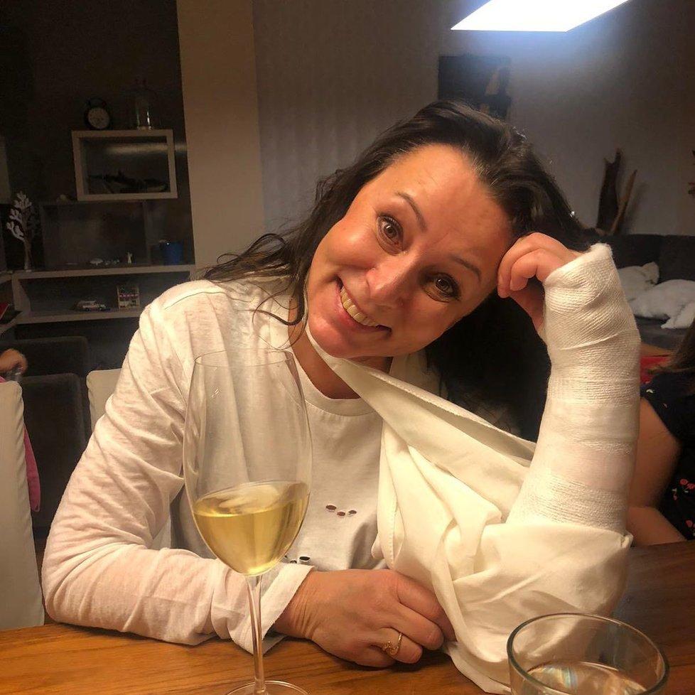 Zpěvačka Heidi Janků si na začátku roku 2021 zlomila ruku a vymkla ji v zápěstí.