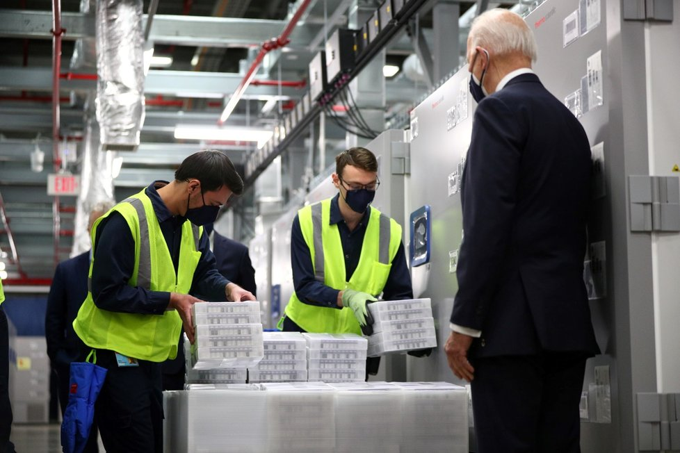 Prezident USA Joe Biden navštívil výrobu vakcín proti koronaviru