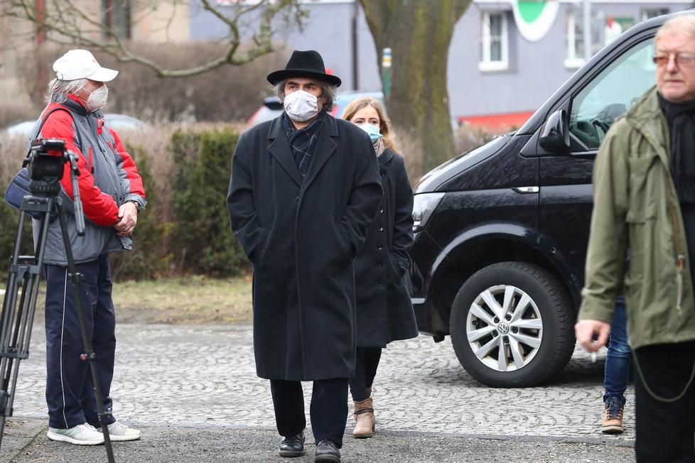 Posledního rozloučení s Otakarem Černým (†77) se účastní desítky lidí.