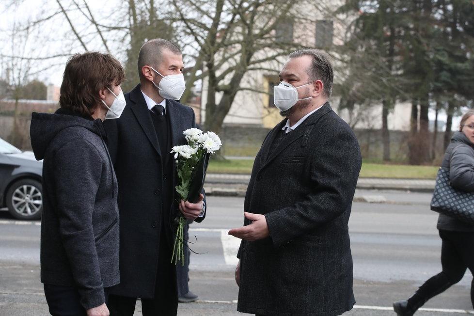 Posledního rozloučení s Otakarem Černým (†77) se účastní desítky lidí včetně známých tváří ČT Michala Dusíka či Jakuba Železného.