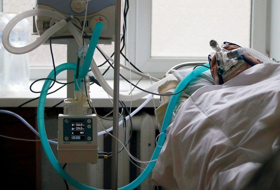 Pacient připojený na plicní ventilátor na jednotce intenzivní péče v kyjevské nemocnici (únor 2021)
