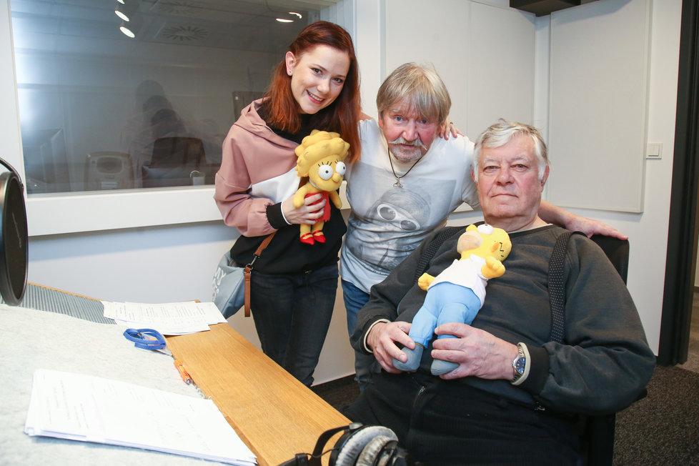 Ivana Korolová a Vlastimil Zavřel s dabingovým režisérem Simpsonových Zdeňkem Štěpánem.
