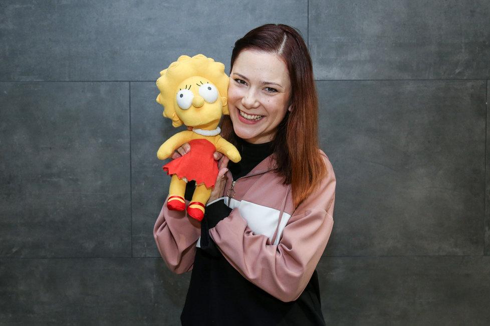 Ivana Korolová dabuje Lízu Simpsonovou po zesnulé Heleně Štáchové.