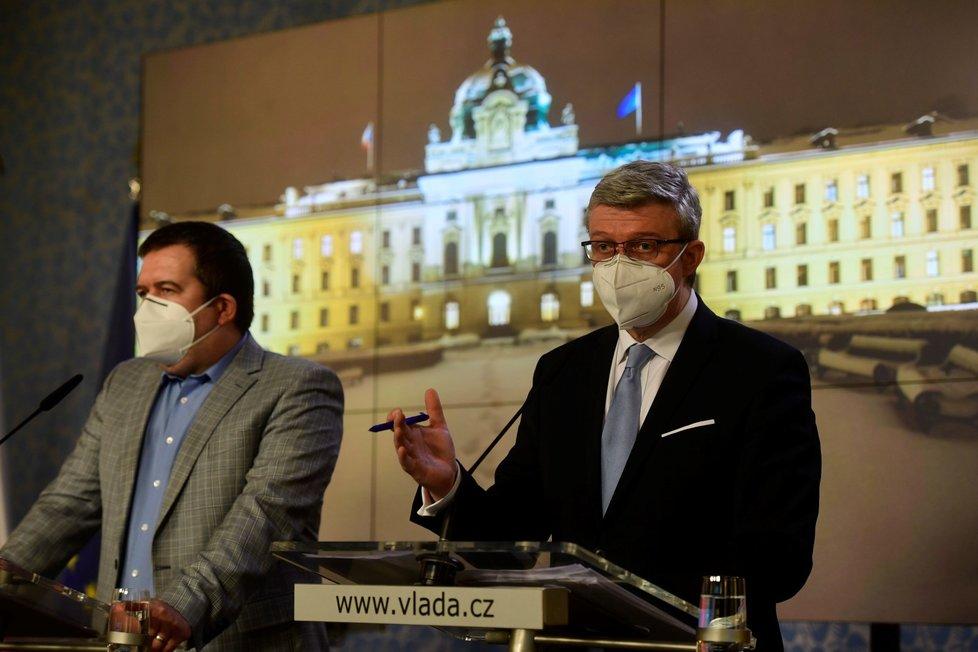 Ministr vnitra Jan Hamáček (ČSSD) a ministr dopravy, průmyslu a obchodu Karel Havlíček (za ANO) na tiskové konferenci po jednání vlády (22.2.2021)