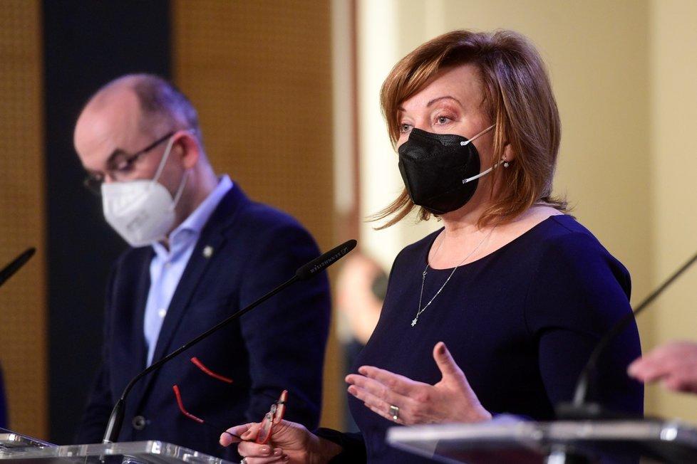 Ministr Jan Blatný (za ANO) a ministryně financí Alena Schillerová (za ANO)na tiskové konferenci po jednání vlády (22.2.2021)