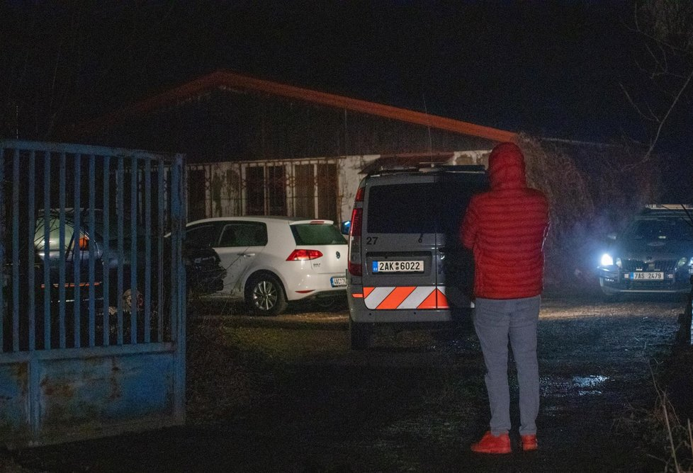Smrt muže na Zlíchově: V autoservisu na něj spadlo auto. (22. února 2021)