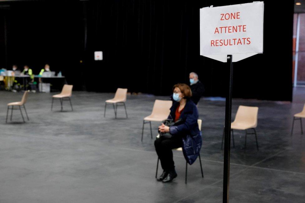 Testování na koronavirus ve městě Dunkerk na severu Francie (24. 2. 2021)