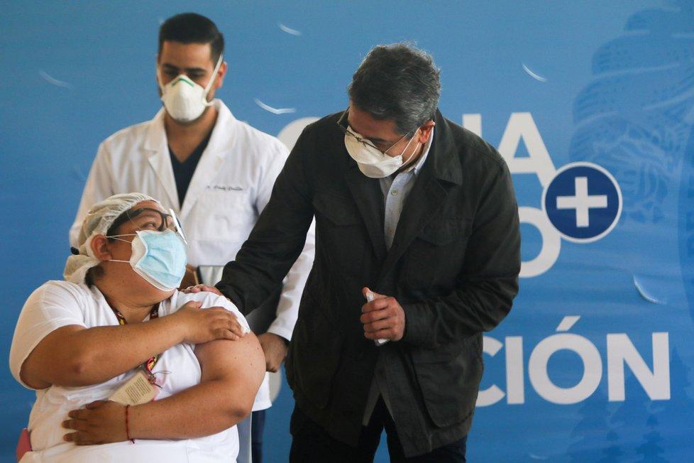 Izrael alespoň jednou dávkou vakcíny naočkoval již polovinu obyvatel.