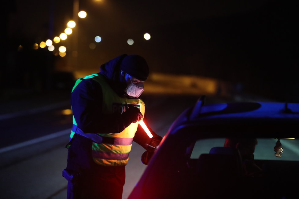 O půlnoci z 28. února na 1. března začal lockdown Čechů v okresech, policie se pustila do kontrol