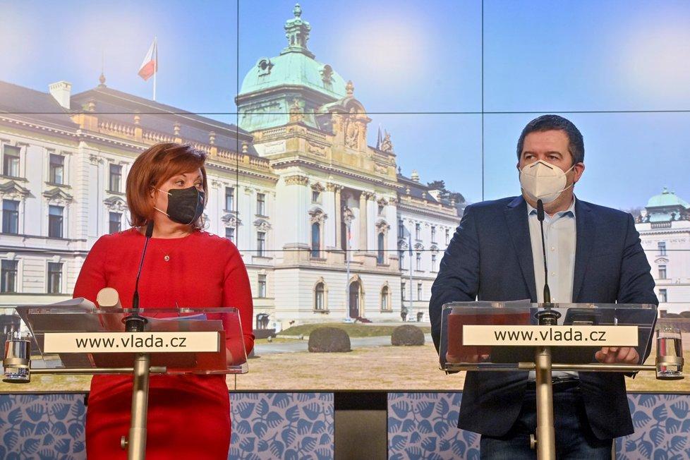 Ministryně financí Alena Schillerová (za ANO) a místopředseda vlády a ministr vnitra Jan Hamáček (ČSSD) vystoupili na tiskové konferenci po jednání vlády 1. března 2021 v Praze.