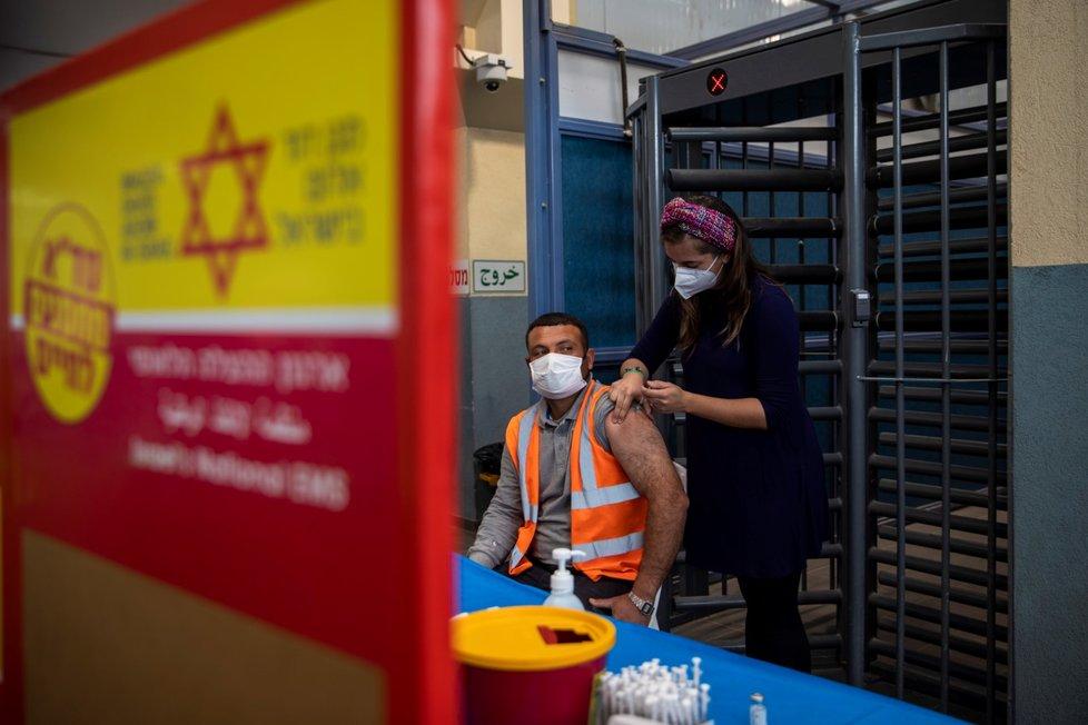 Izrael začal vakcínou Moderna očkovat palestinské dělníky (8. 3. 2021)