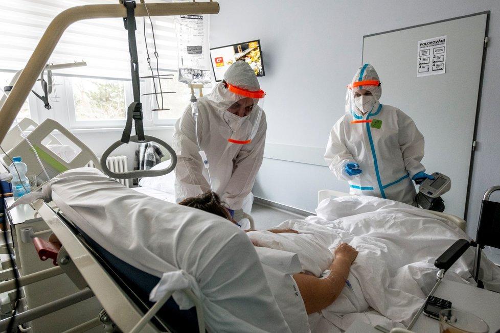 Zdravotníci pečují o pacienty s koronavirem, pro něž má Podřipská nemocnice s poliklinikou v Roudnici nad Labem vyčleněných 20 standardních lůžek. (11. 3. 2021)