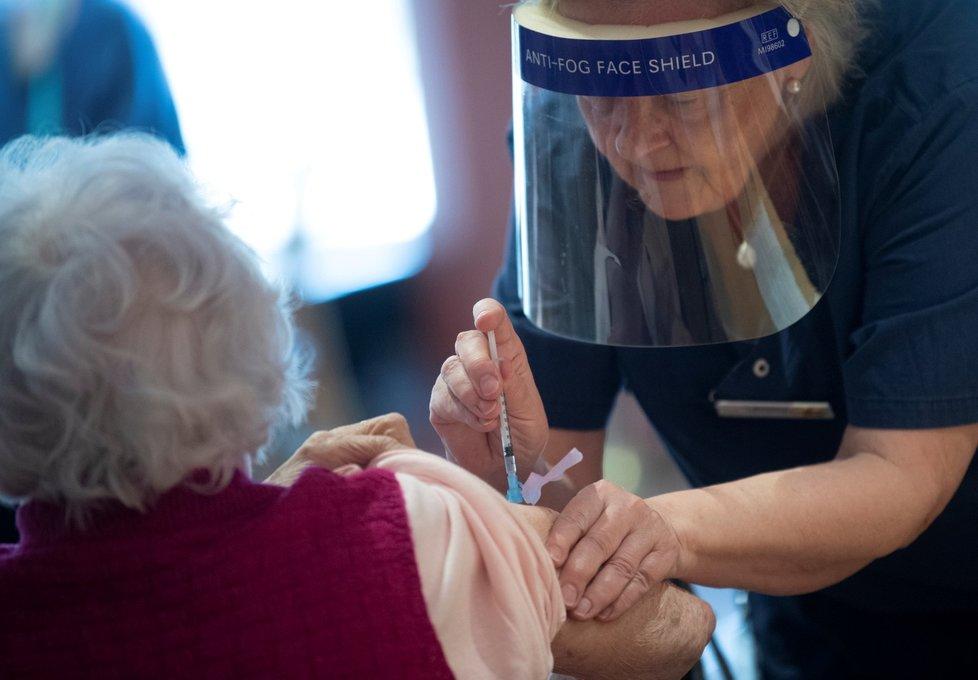 Očkování proti covid-19 vakcínou společností Pfizer/BioNTech ve švédském Stockholmu (2. 3. 2021)