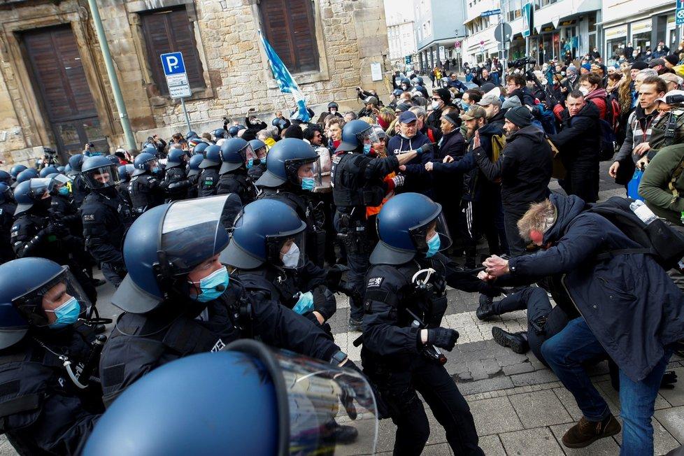 V německém Kasselu se na demonstraci proti restrikcím kvůli covidu sešla desítka tisíc lidí, někteří z nich se střetli s policisty (20. 3. 2021).