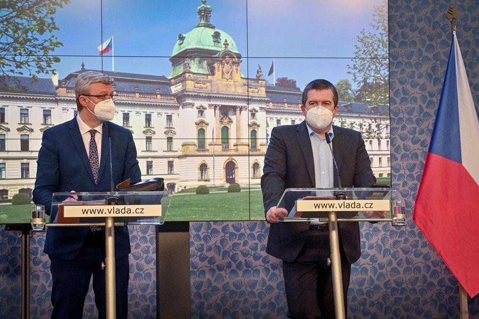 Zleva ministr průmyslu a obchodu a ministr dopravy Karel Havlíček (za ANO) a ministr vnitra Jan Hamáček (ČSSD) vystoupili na tiskové konferenci po schůzi vlády (22. 3. 2021).