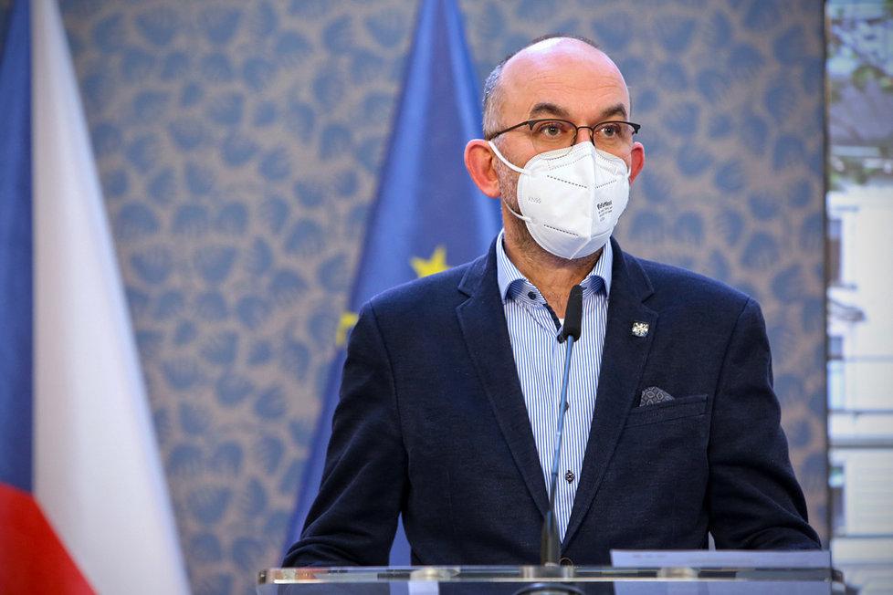 Ministr zdravotnictví Jan Blatný (za ANO) na tiskové konferenci po jednání vlády (22. 3. 2021)