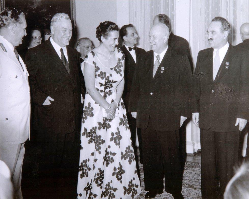 Zleva Tito, Bulganin, Titova manželka Jovanka, Chruščov a Mikojan