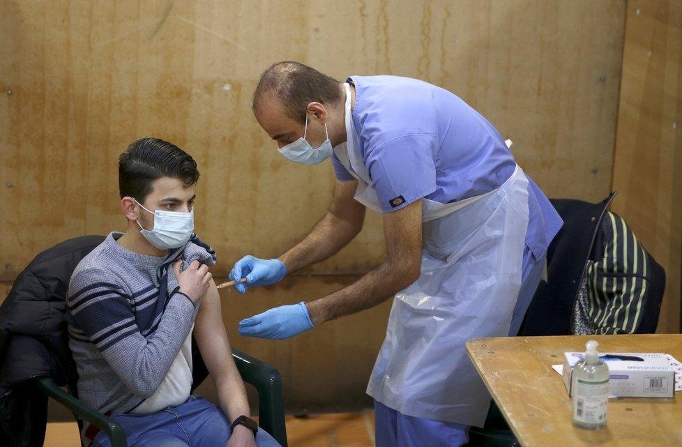 Očkování proti covid-19 vakcínou společnosti AstraZeneca v Londýně
