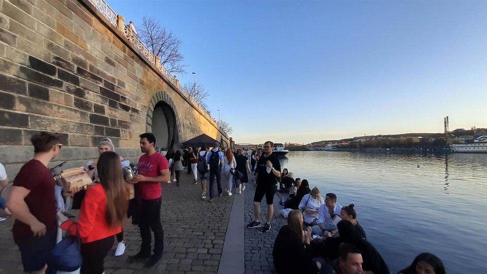 Teplý jarní podvečer v Praze na náplavce (30. 3. 2021)