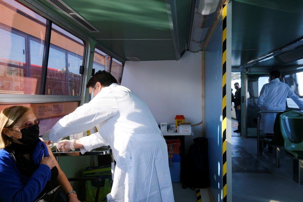 Očkování na lodi v Benátkách.