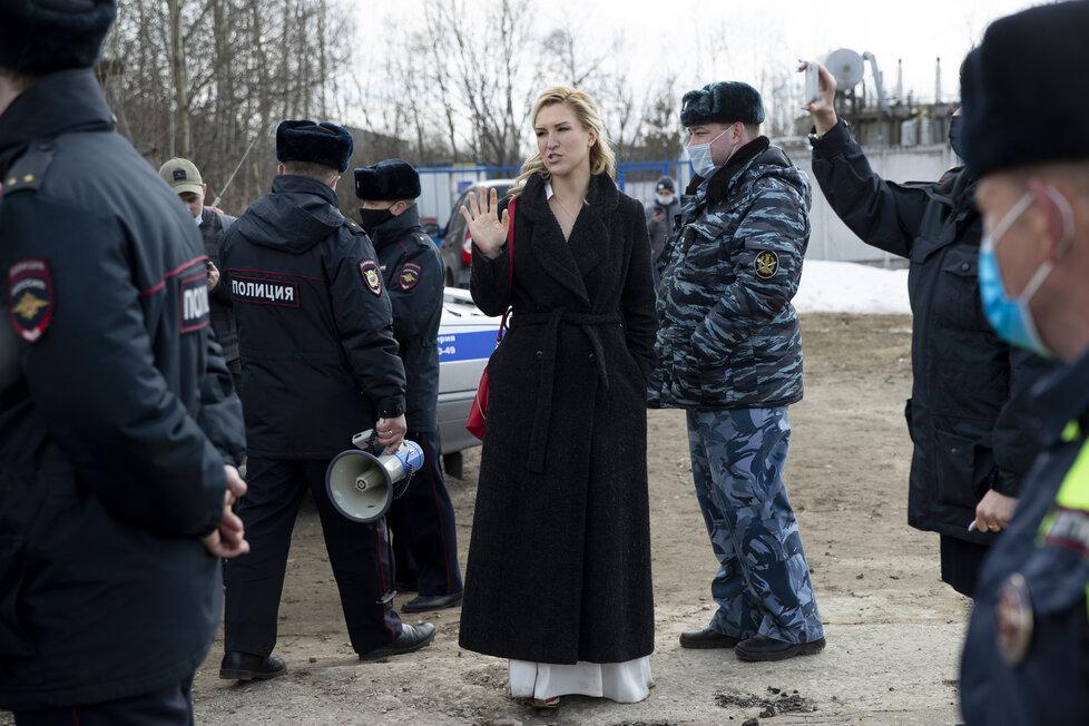 Lékařka Navalného skončila ve vazbě. Podle Kremlu nemá opozičník nárok na speciální zacházení