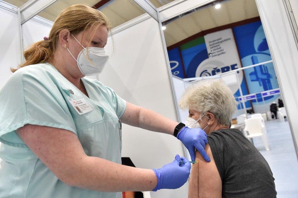 V Blansku začalo fungovat očkovací centrum ve sportovní hale v Údolní ulici, dosud se proti covidu-19 očkovalo v tamní nemocnici. Denní kapacita centra je 600 až 800 očkovaných, v nemocnici byl takový počet týdenním maximem (6. 4. 2021)